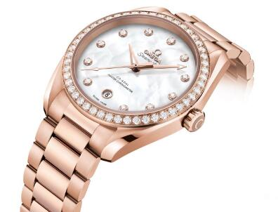 The diamonds paved on the bezel are luxury and adding feminine touch to the model.